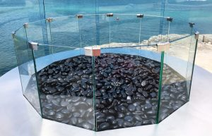 Round outdoor gas fire pit with glass pebbles